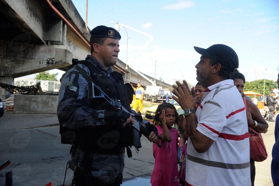 Rio de Janeiro - Um dia antes da ocupação das tropas federais na favela da Maré, policiais revistam carros, moradores e apreendem grande quantidade de drogas e armas na favela (Tânia Rêgo/Agência Brasil)